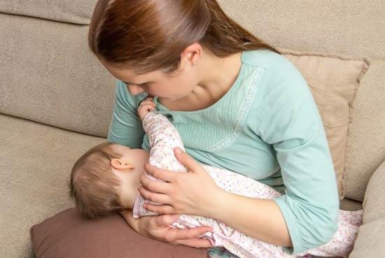 شیر دهی نوزاد به روش آغوش گهواره ای